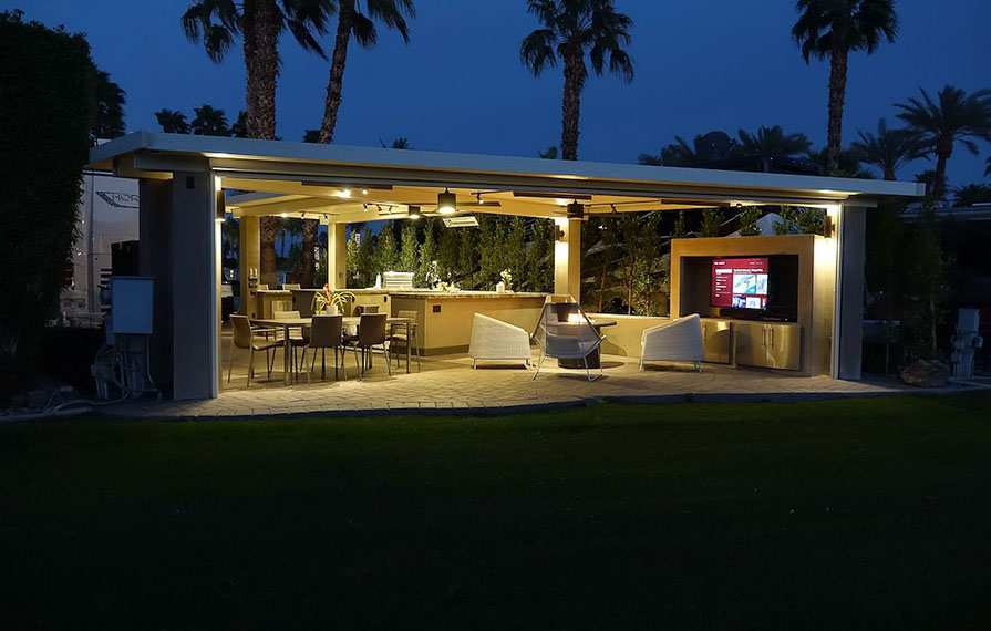 Outdoor kitchen with Horizon and palm trees in background